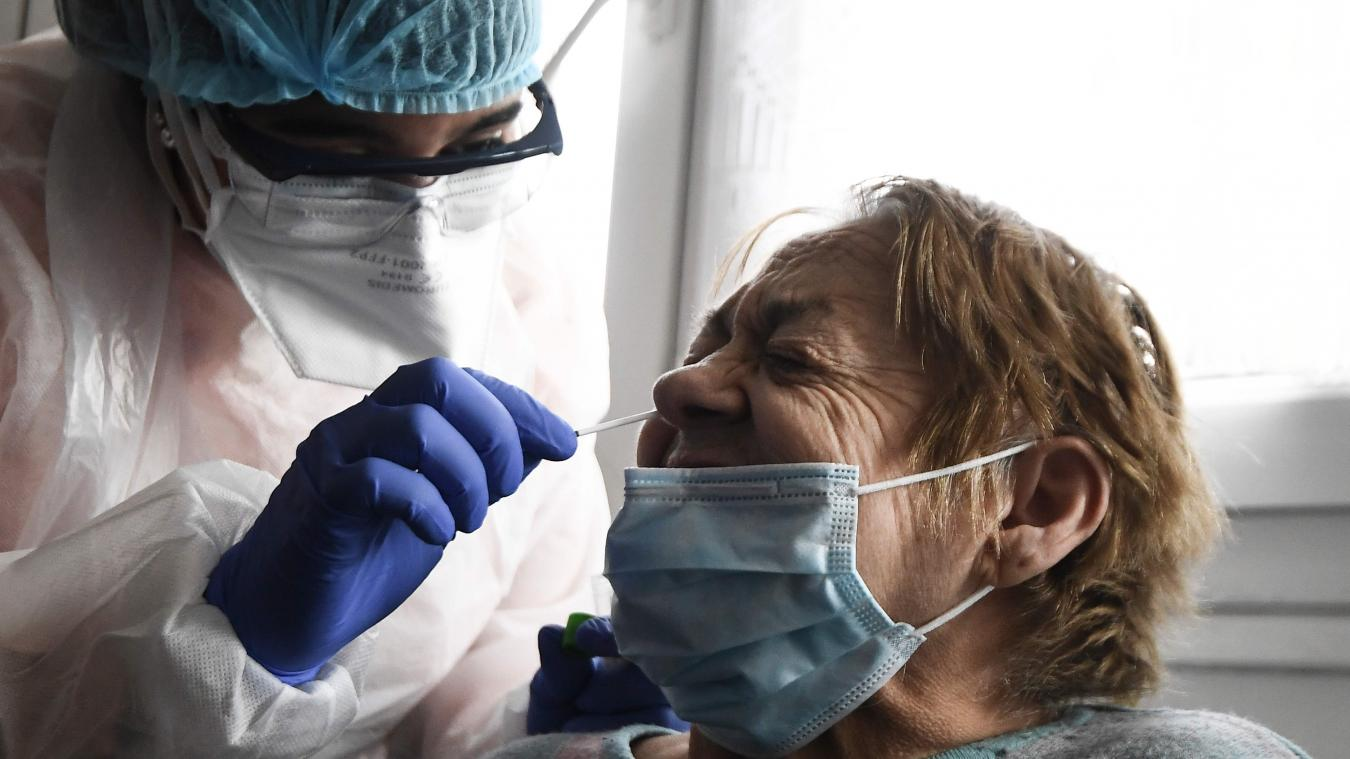 TOPSHOT - A member of the Covisan program tests a member of a family confined at home as they reported a suspected case of Covid-19, on May 13, 2020 in Gennevilliers near Paris, as France eases lockdown measures to limit the spread of the novel coronavirus. - The Covisan program is aimed at breakie chae chain of transmission by detecting and isolating carriershe virus accordo Pato Parisian's hosp hospitals organization AP-HP (Assistance Publique Hopitaux de Paris). (Photo by ALAIN JOCARD / AFP)
