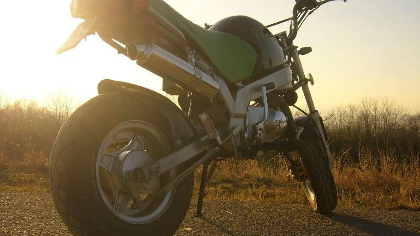 Les jeunes faisaient du rodéo avec une pocket bike, sorte de mini-moto.