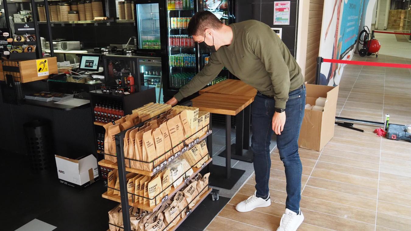 Anthony, le gérant de Pitaya, le nouveau restaurant de la Cité Europe, est impatient d'accueillir les premiers clients malgré quelques cartons encore non-déballés.