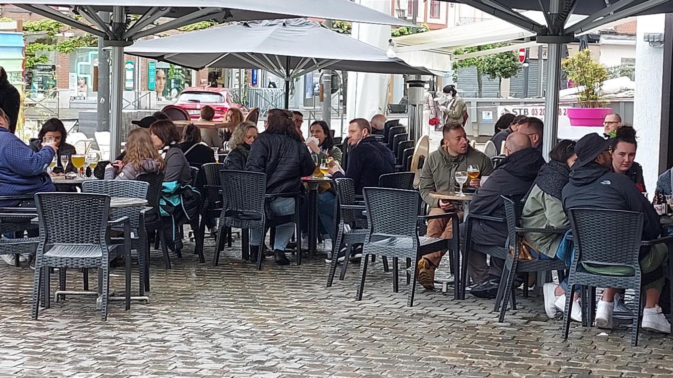 Les effluves du café serré, du vin léger et de la bière festive s'entremêlent pour créer le parfum de la liberté retrouvée, ici à Béthune.