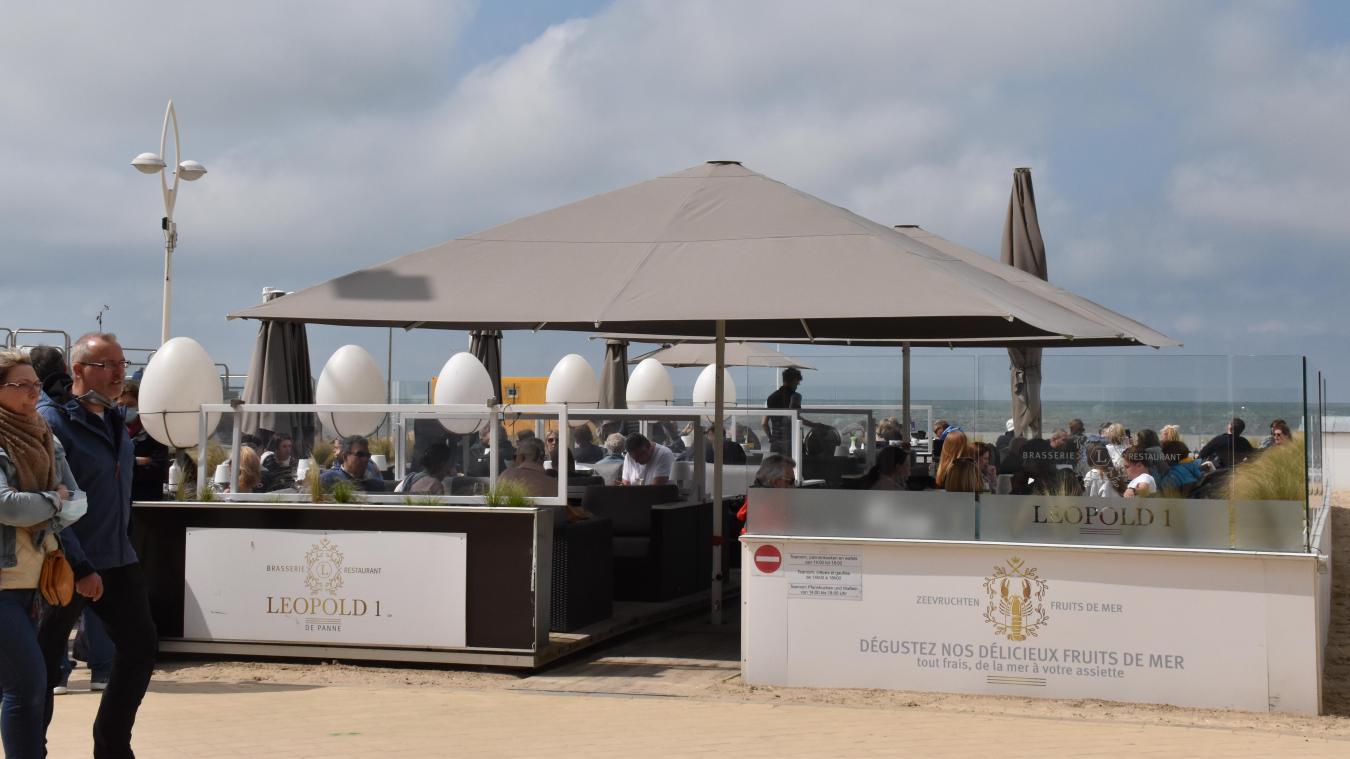 À La Panne, Luc Disiele, gérant du Léopold I sur la plage, a noté beaucoup de Français parmi sa clientèle. En Belgique, le nombre de personnes par table est limité à quatre sauf lorsqu'il s'agit de personnes vivant sous le même toit.