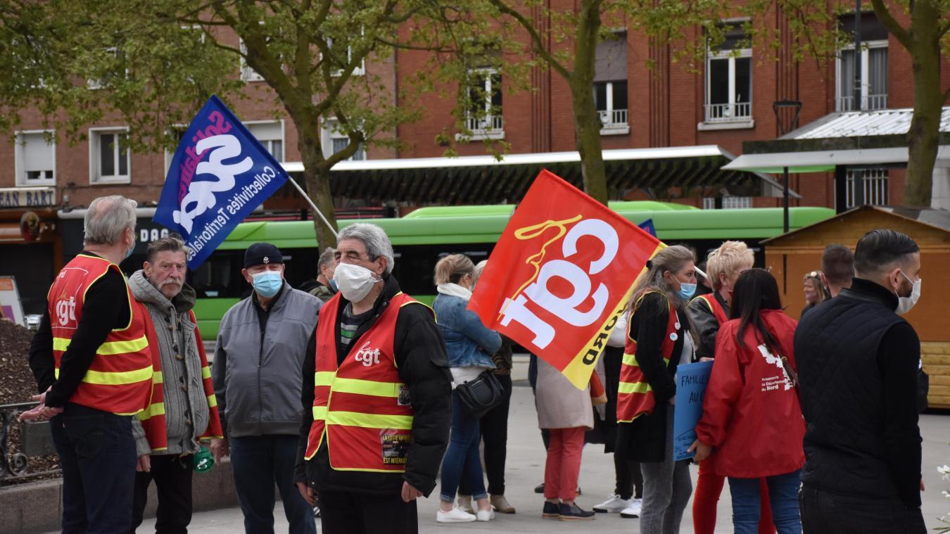Sur la place Jean-Bart à Dunkerque, une vingtaine de manifestants se sont rassemblés pour revaloriser le métier d'assitant familial.