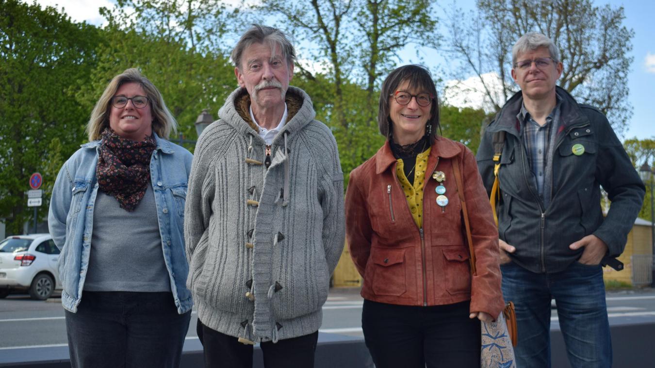 Pierre Gonzalez et Nicole Loriau (au centre), aux côtés de leurs deux remplaçants, ici à Wormhout.