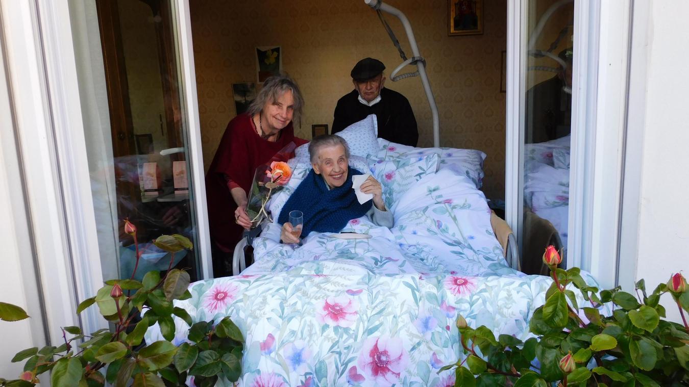 Christiane, entourée de sa fille et son gendre, Claudine et Marc Ollagnon.