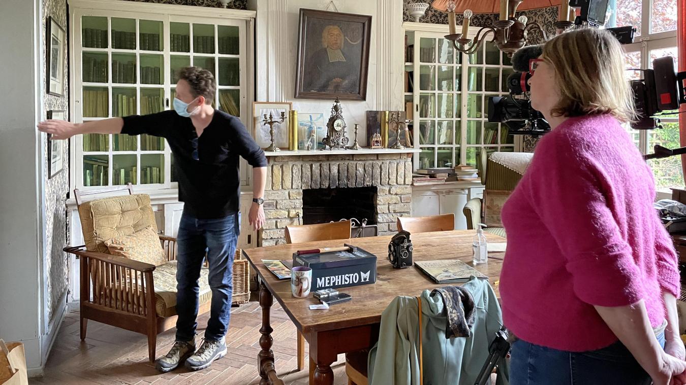 Avant chaque séquence, Anne Bruneau et le chef opérateur Stéphane Degnieau évaluent le reflet de la lumière.
