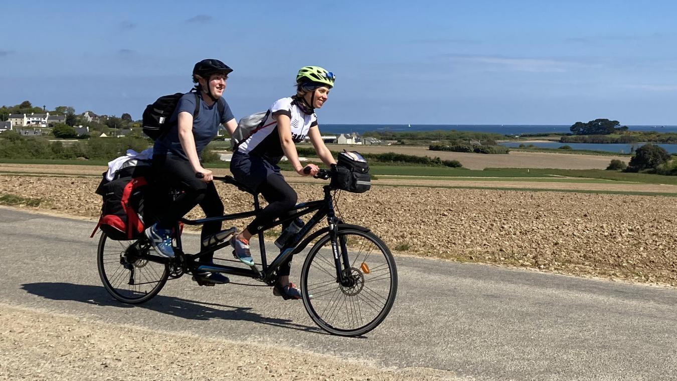 Pendant 20 jours, Mathys Foreau et Clémence Legrand pédalent en tandem sur la Vélomaritime. Soit environ 1 500 km.