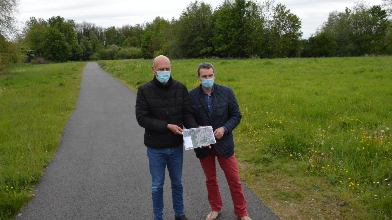 Le premier adjoint Gilles Cottrez et le maire Ludovic Loquet sur le site où est prévu le projet de verger participatif.