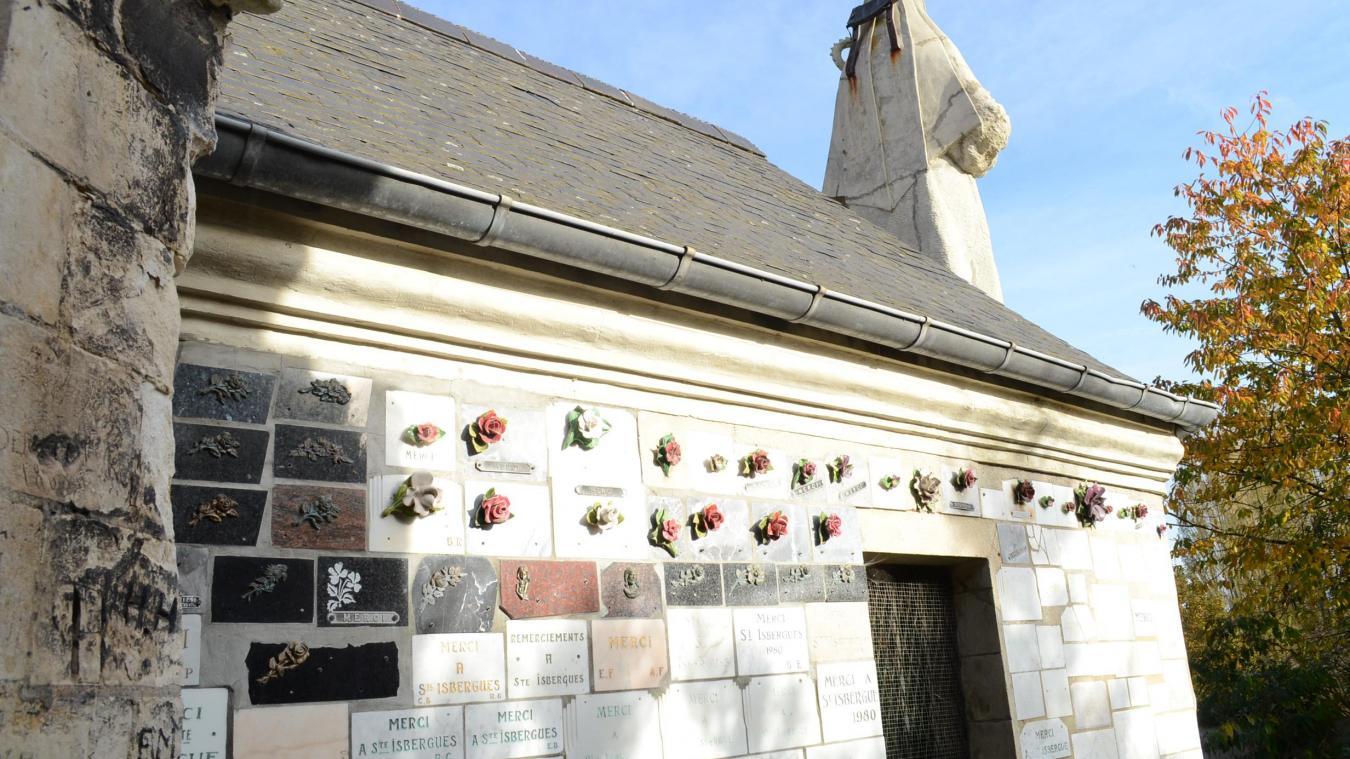de nombreux témoignages de remerciement ornent les murs de la chapelle.