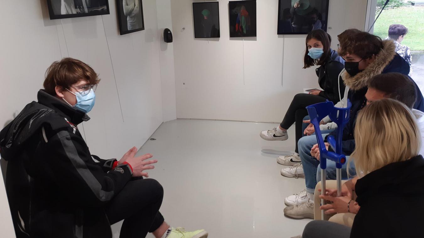 Bertrand Gadenne prête ses œuvres à la GAM. Les lycéens ont pu écouter un message de l'artiste.