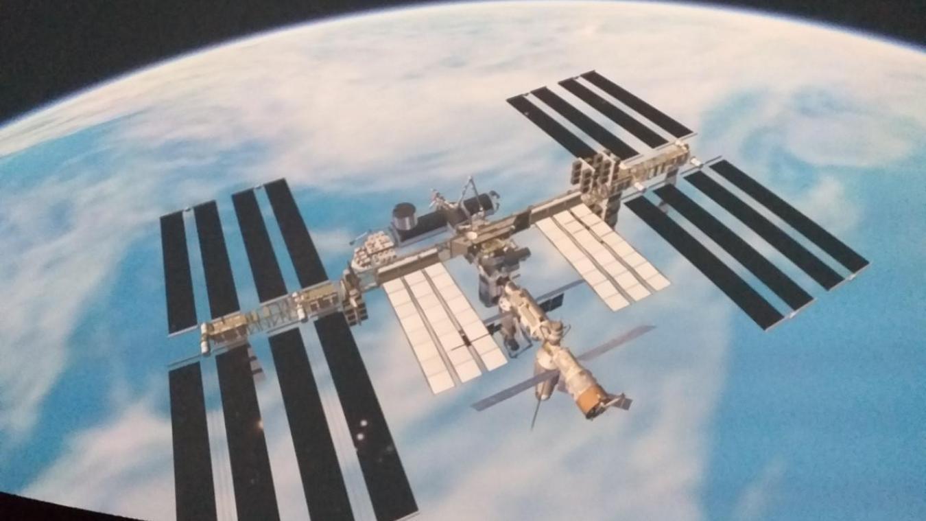 Vol au-dessus de la Station spatiale internationale.