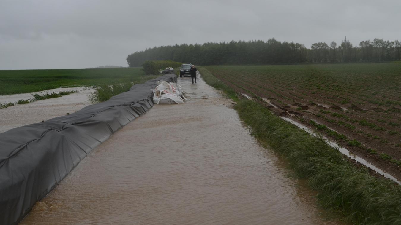 L'eau est freinée par le cordon de big bags mais elle a fini par passer pour dévaler vers le village.