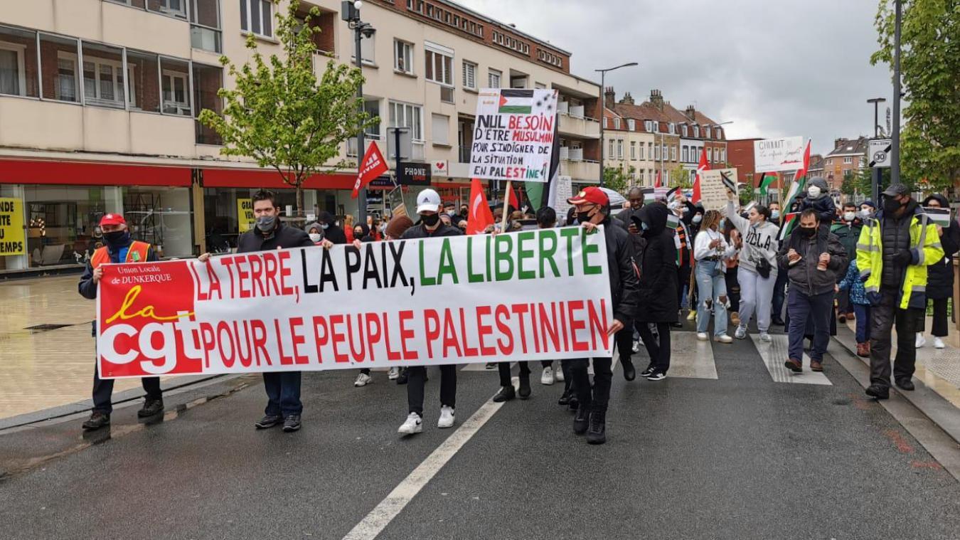 Un défilé était organisé dans les rues du centre-ville de Dunkerque pendant près de deux heures, sous une pluie battante.