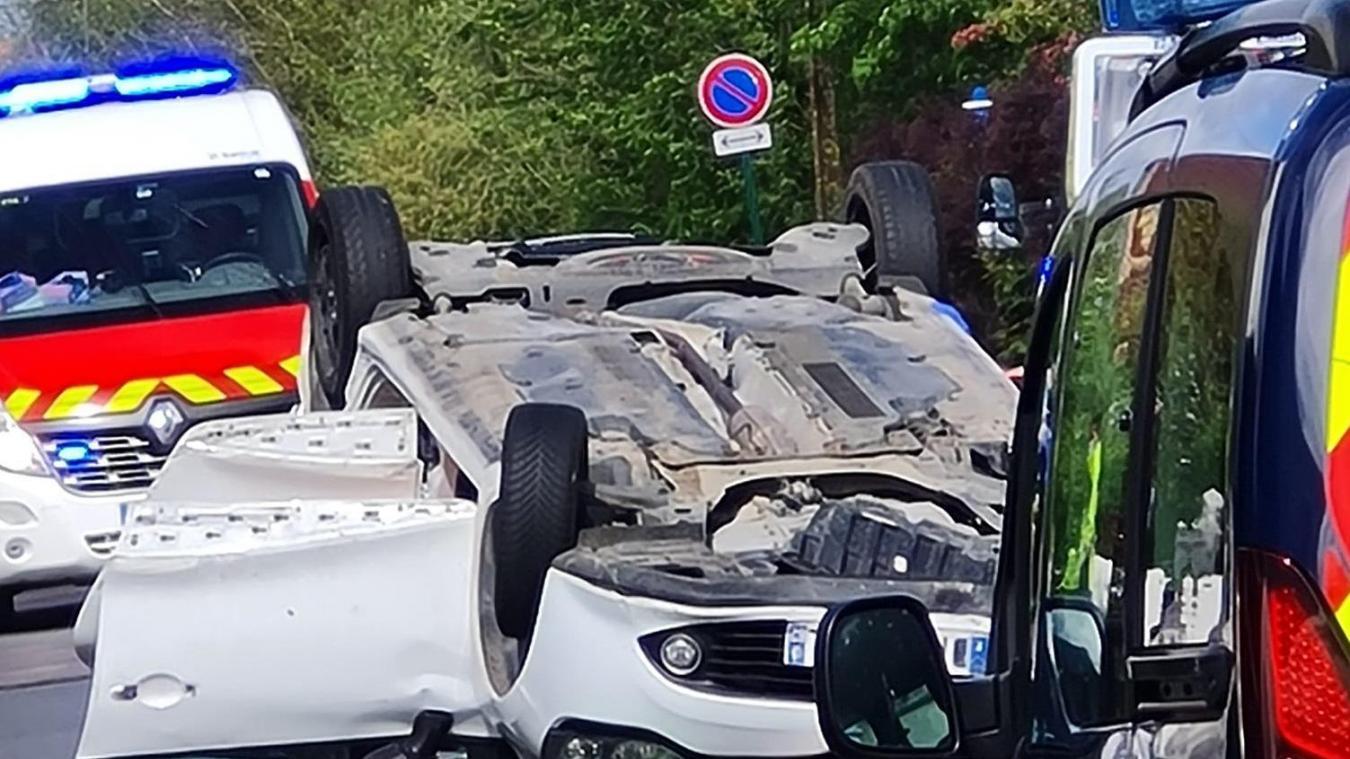La voiture a fini sur le toit après avoir percuté trois véhicules.