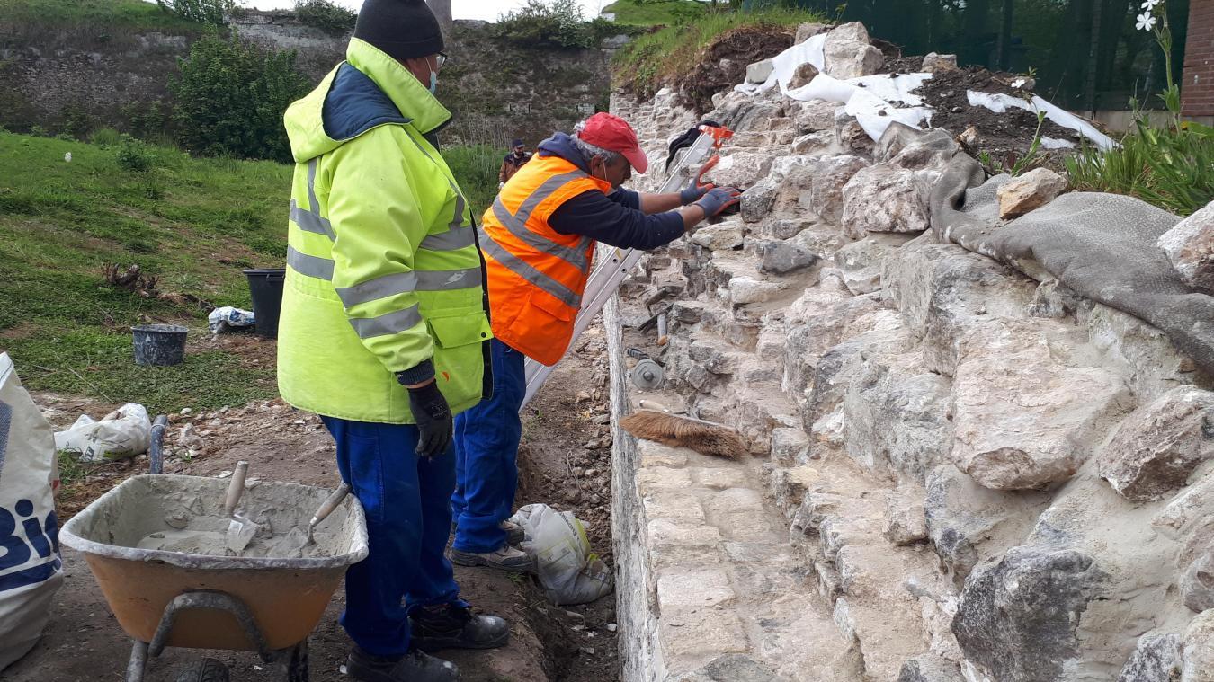 Les ouvrier de Concept Insertion ont consolidé la muraille, à partir des briques récupérées par terre et de la maçonnerie à la chaux.