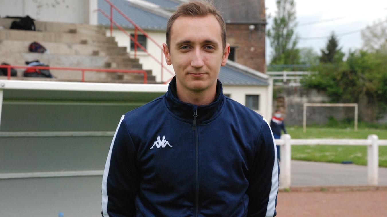 Édouard Larzet est l'entraîneur des seniors A et B, groupe qui compte 40 joueurs.
