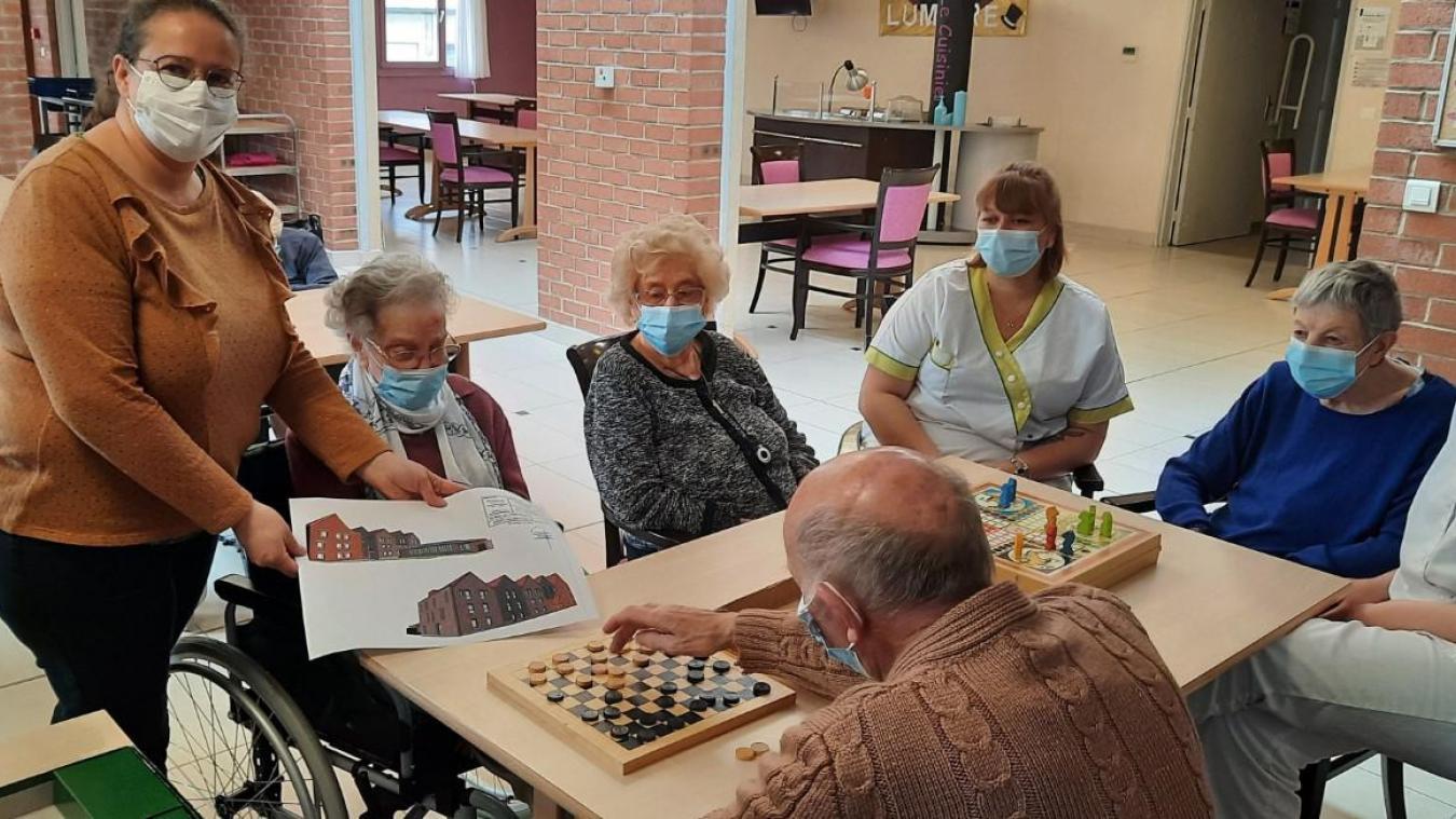 La directrice de l'Ehpad de Watten, Aurélie Doutrelant, montre aux résidents les plans du projet d'extension.