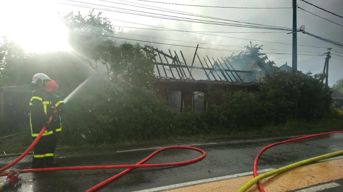 Les sapeurs-pompiers interviennent au moyen de deux lances à incendie.