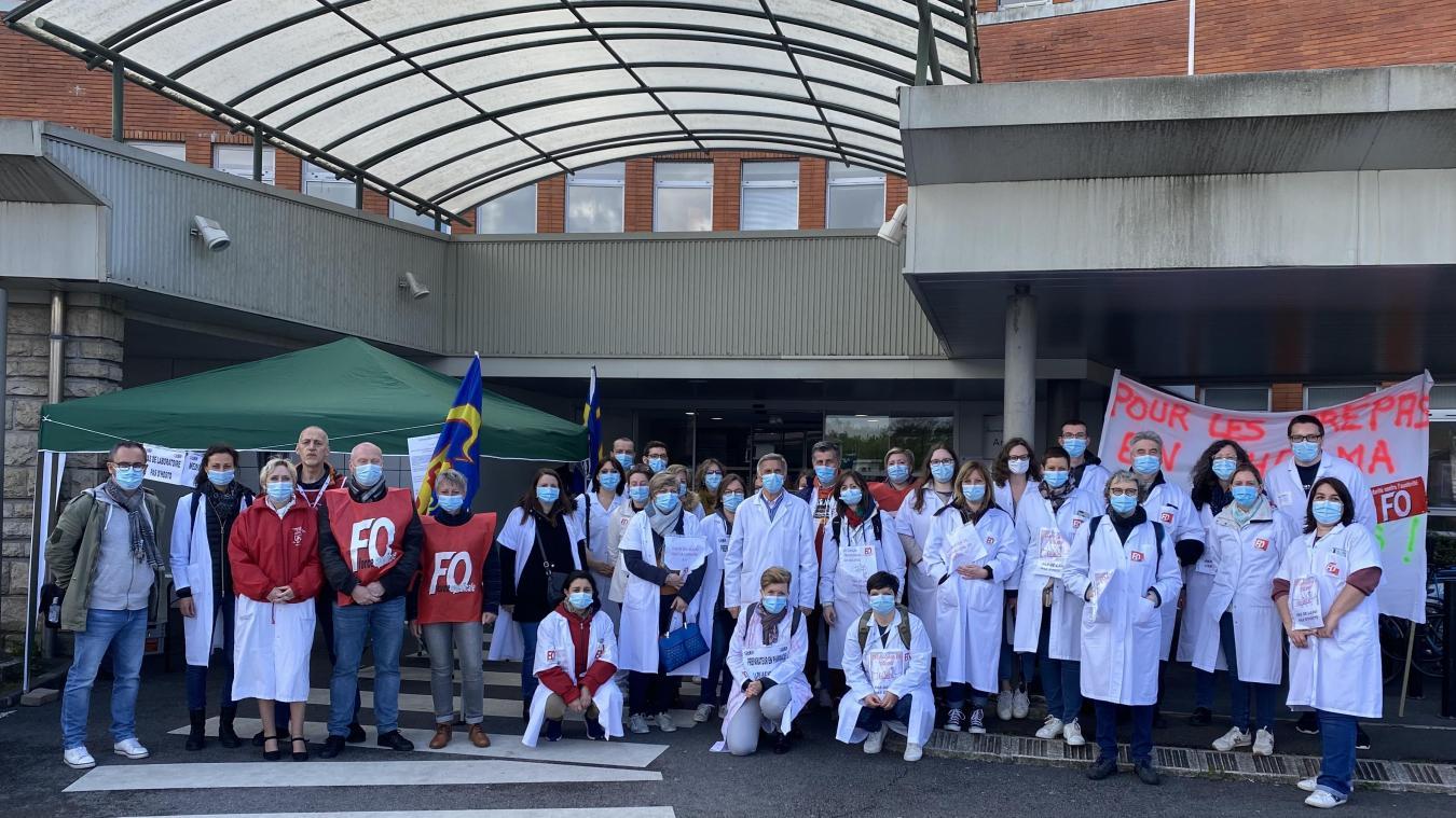 Le personnel médicotechnique du CHA, en grève, à l'entrée du boulevard Georges-Besnier.