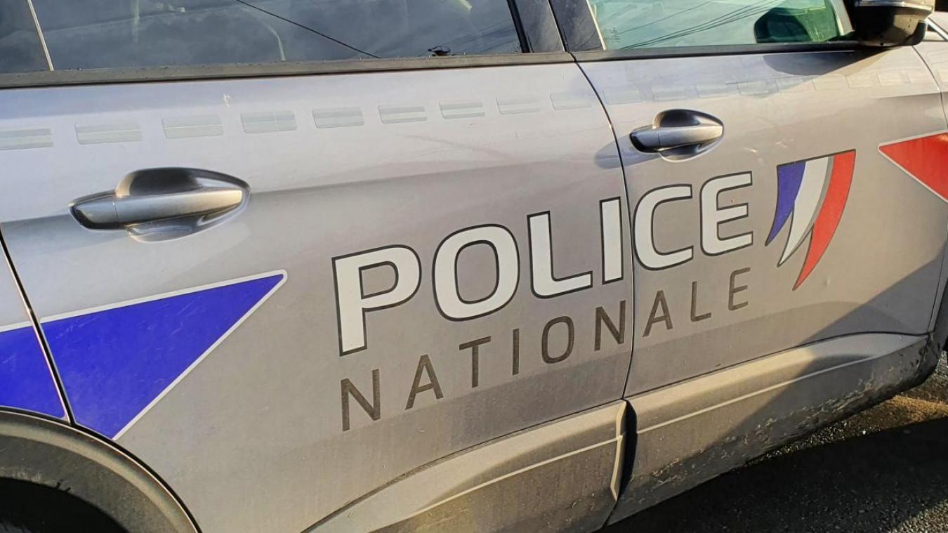 Devant les policiers, la retraitée a commencé à se dénuder et a tenté de montrer ses seins aux forces de l'ordre.