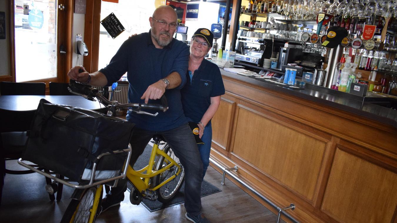 Christophe et Fabienne Debergue, sur le vélo de facteur de Dany Boon, rendu célèbre par la scène de la cascade, lors du tournage du film Bienvenue chez les Chtis.