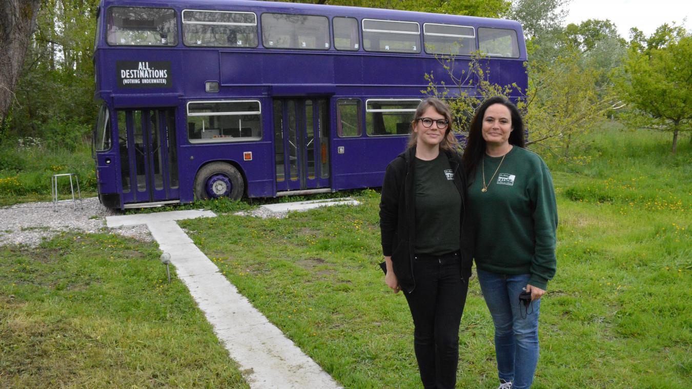 Gaëlle, la fille, et Sylvie, la maman, ont réhabilité cet ancien bus scolaire anglais des années 80 pour le transformer en Magicobus. Il est normalement invisible par les Moldus, mais nous avons pu faire une exception pour la photo.