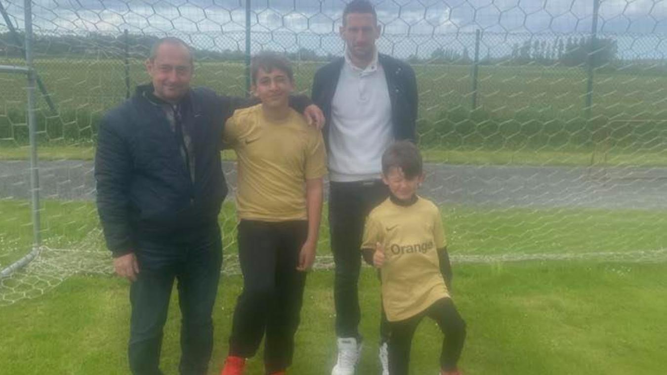 Les deux responsables de l'USHB, Ludovic Bordier (à gauche) et Maxime Cattoen (à droite), avec deux jeunes aux couleurs or et noir.