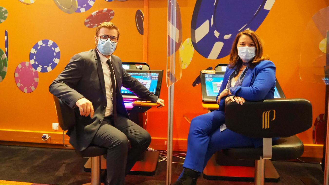 Christian Dennetiere et Sandrine Lavenu se réjouissent d'accueillir les clients sur les machines à sous et les machines électroniques.