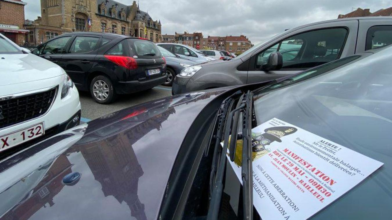 Les opposants tractent sur les parkings et les ronds-points pour annoncer le rendez-vous.