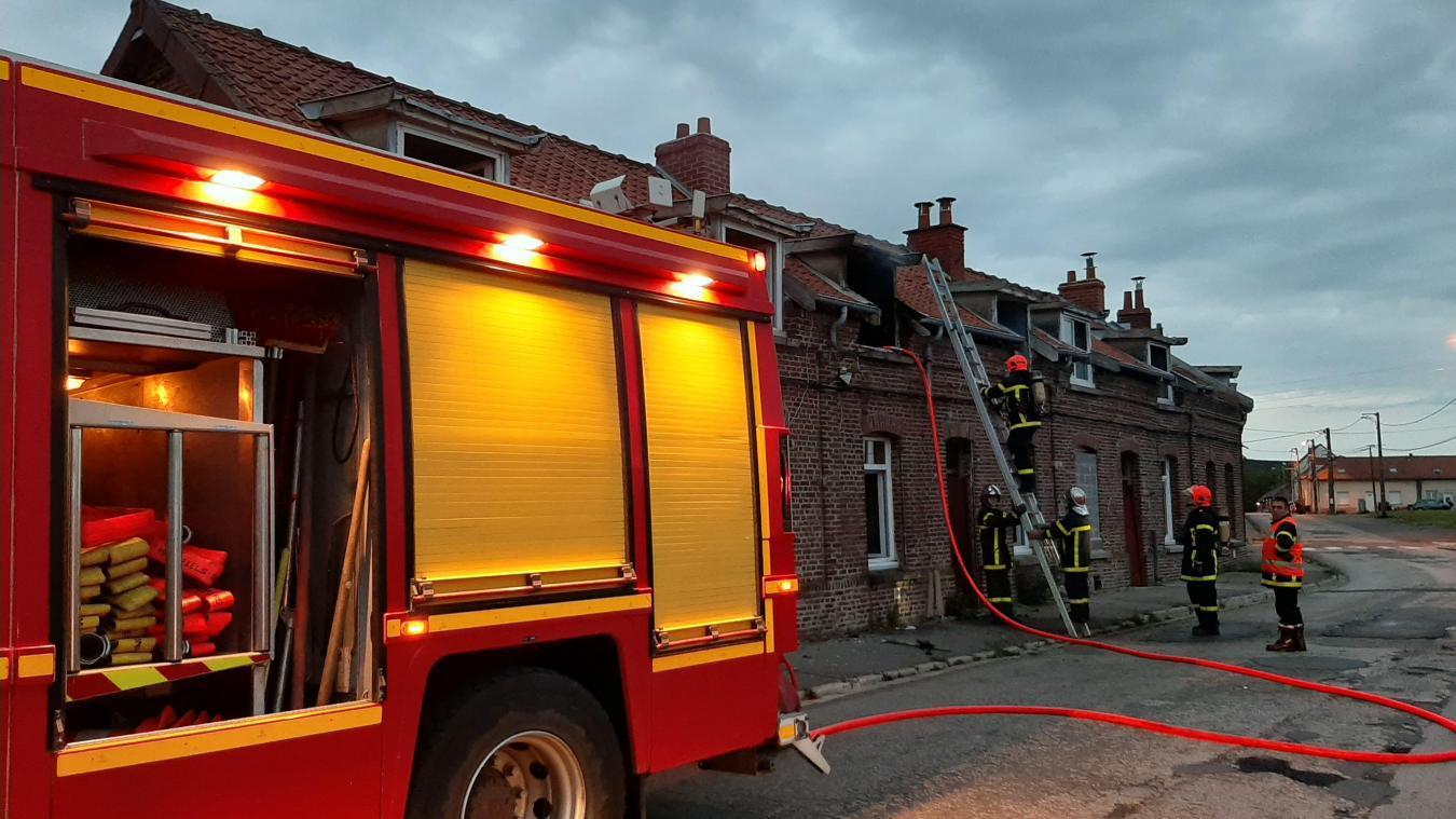 Les sapeurs-pompiers d'Auchel, lors d'une opération sur un incendie Place Arthure-Rimabud, le mercredi 12 mai.