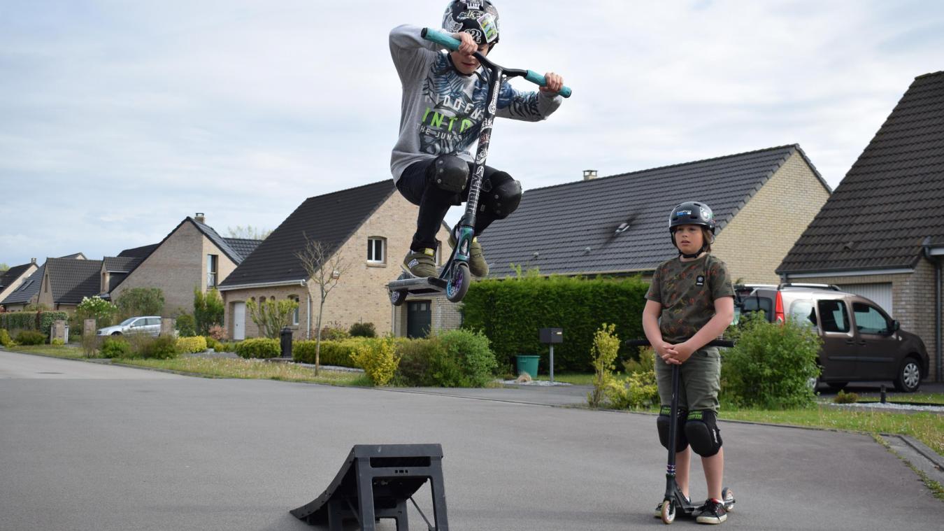 Axel et Nathan (en l'air) aimeraient ne plus devoir aller dans la rue pour pouvoir exercer leur passion.