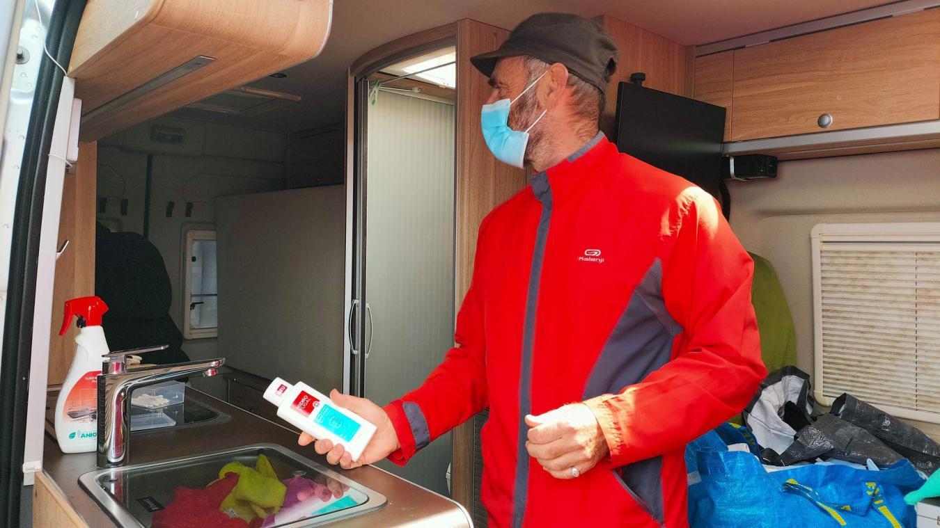À bord de son camping-car, une fois par semaine, Olivier offre des douches aux réfugiés, à Grande-Synthe.