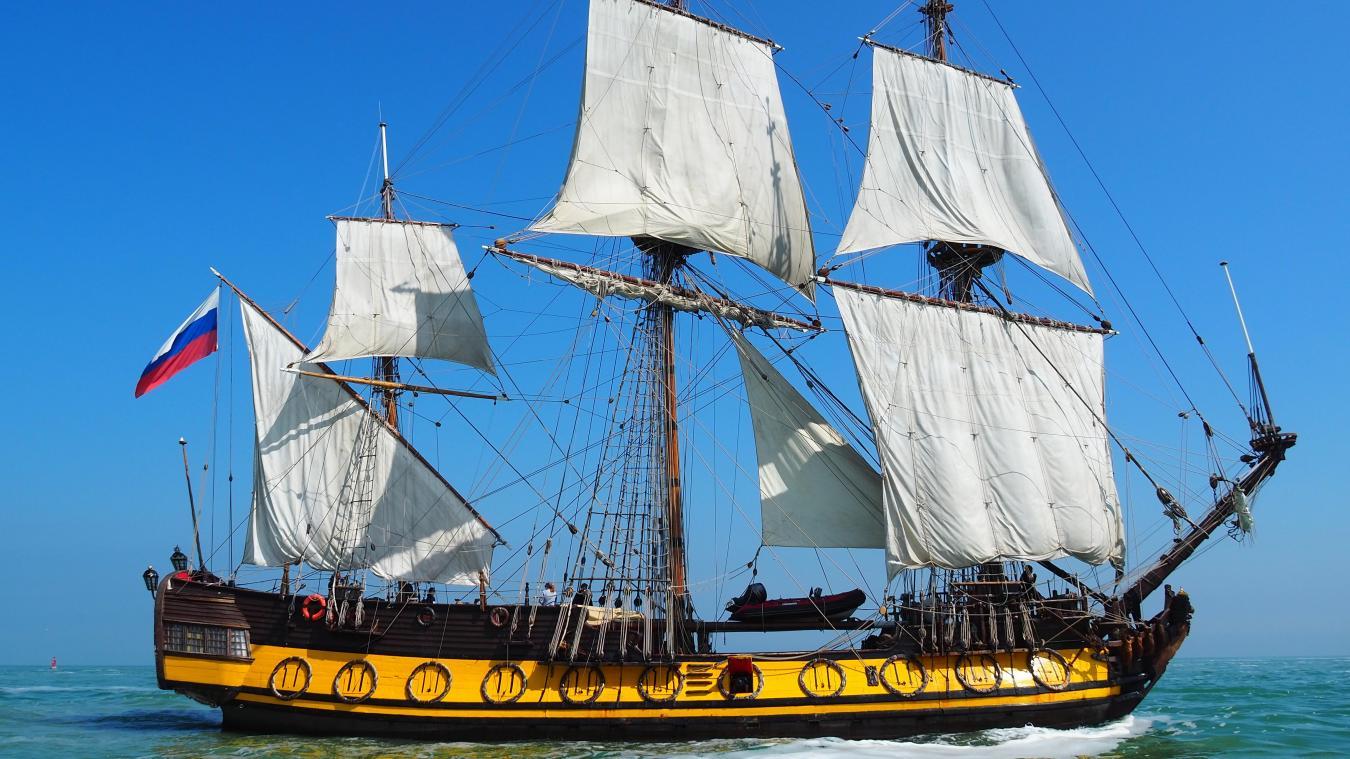 Le navire historique russe, le Shtandart, naviguant de pleines voiles avant de rentrer dans le port de Calais.