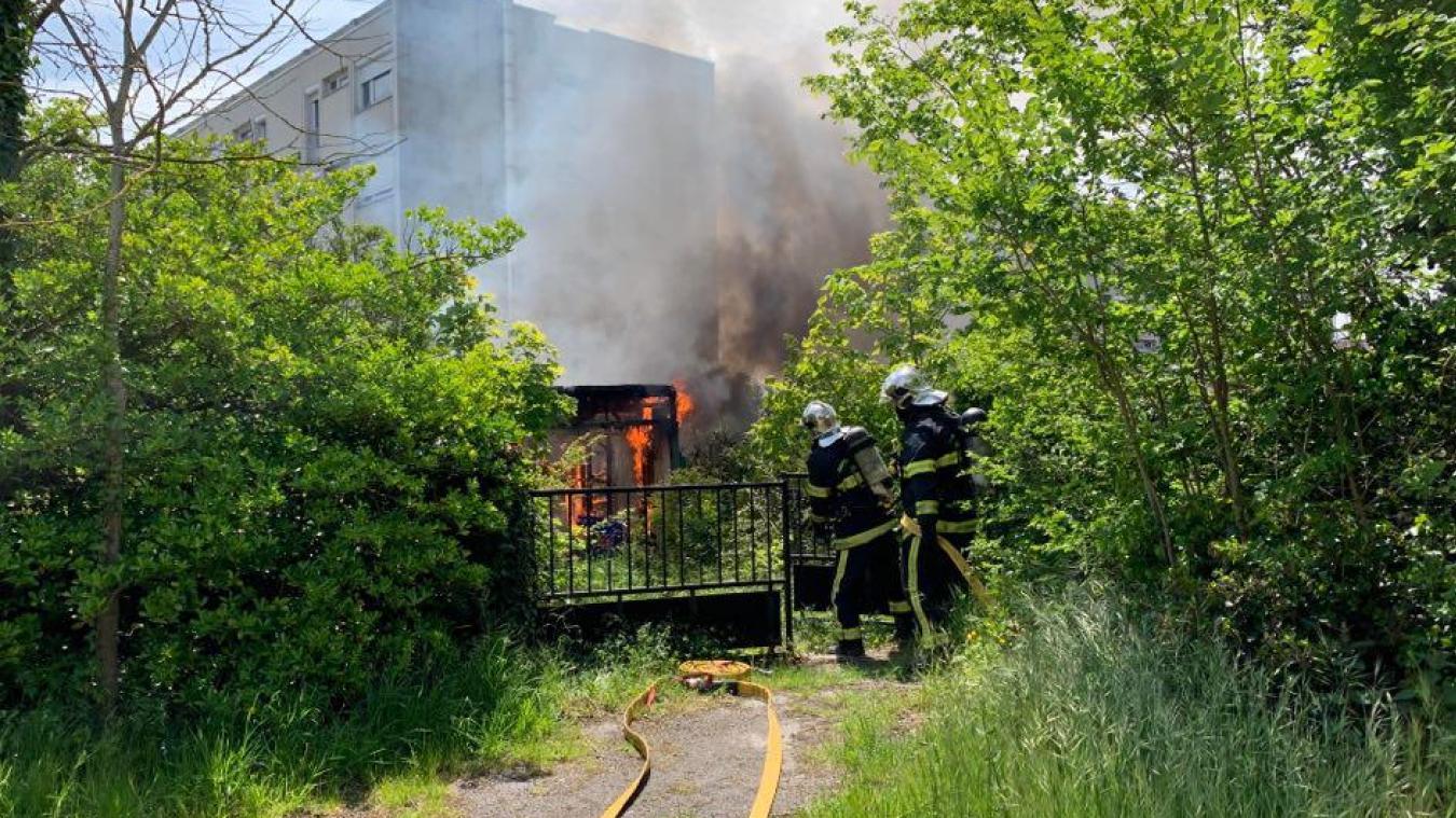 Les pompiers sont intervenus très rapidement pour maîtriser l'incendie, ce vendredi 28 mai, à Rosendaël.