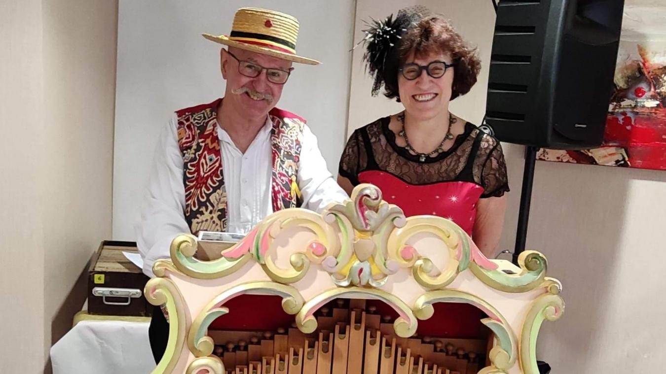 Jeanne-Marie au micro, et Dirk à l'orgue de barbarie.