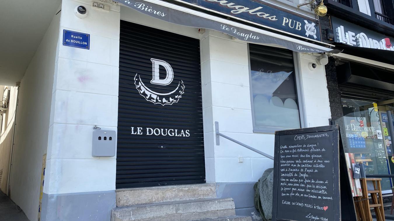 Le café Le Douglas est situé sur la grand'place de Montreuil-sur-Mer.