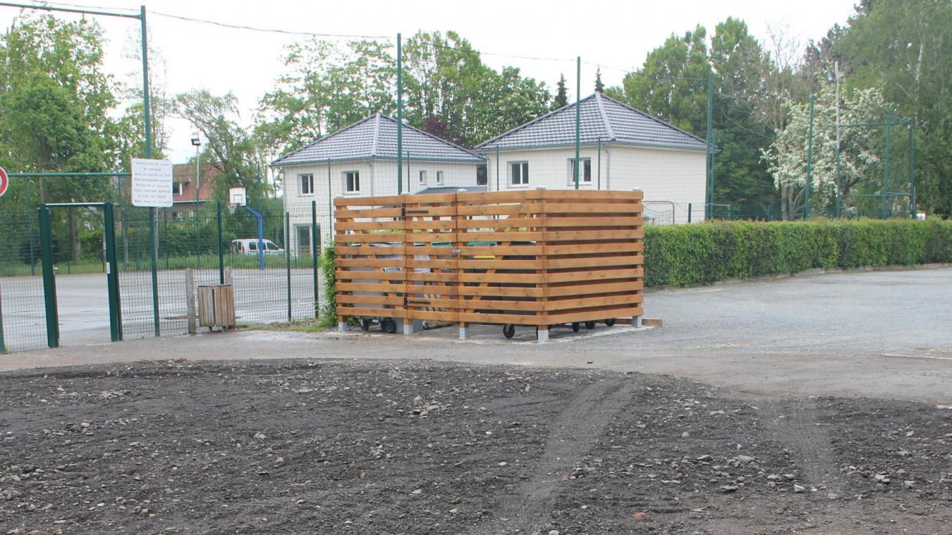 Le local poubelles a déménagé. La fête foraine va s'installer derrière la salle des fêtes.