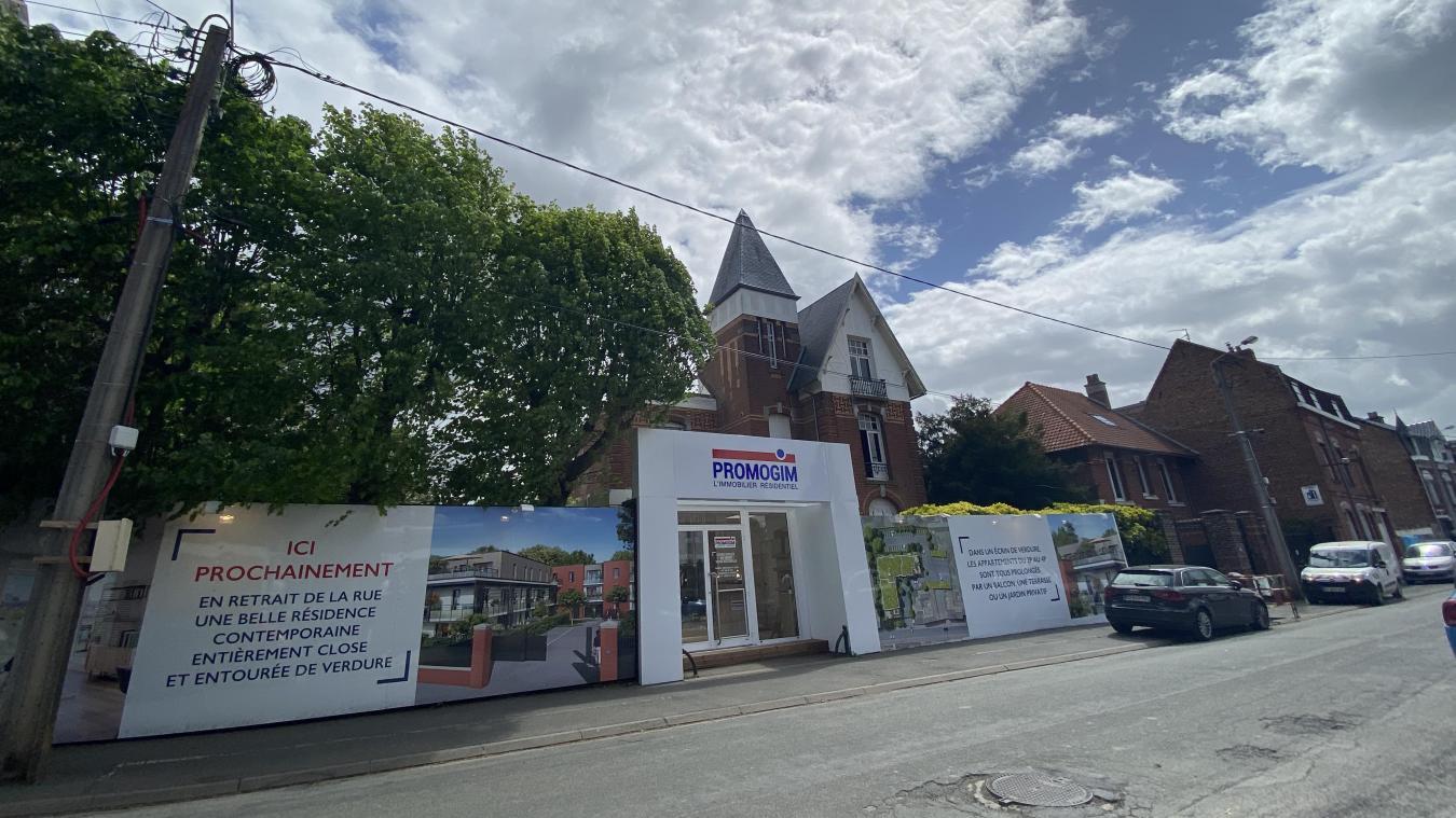 La destruction de la Villa a commencé le 20 mai. En façade, un bureau de Promogim est installé. La commercialisation est en cours.