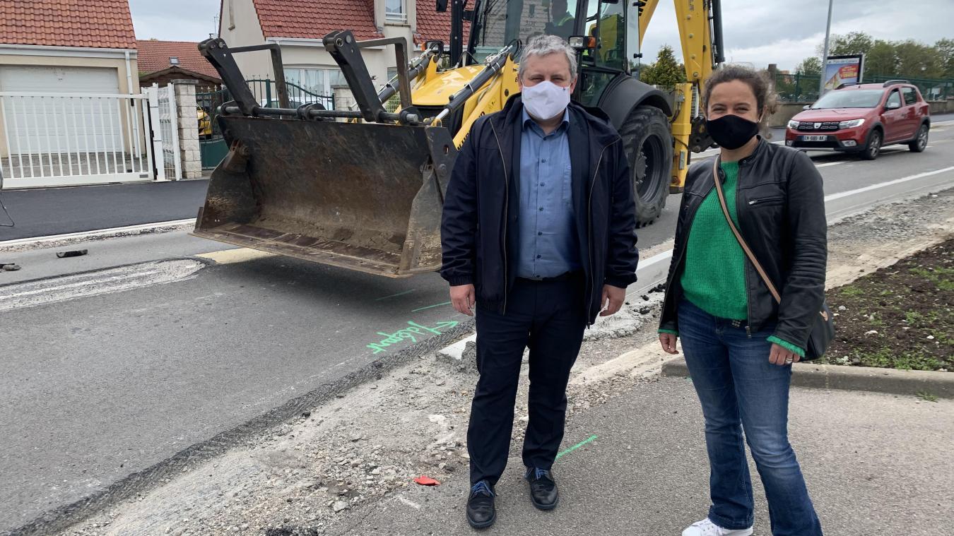 Sébastien Chochois, maire d'Outreau et conseiller départemental et Anne Le Lan, vice-présidente à la CAB chargé des politiques de déplacement, sur le chantier de la rue du Président Kennedy.
