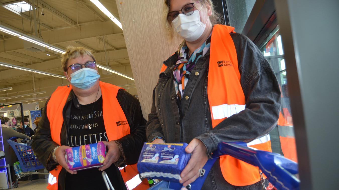 Sylvie et Christelle pour l'Adep collectent les protections féminines à Leclerc Aire.