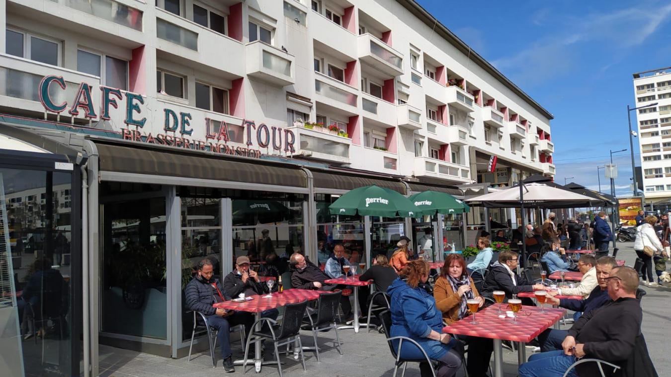 Malgré une météo peu clémente lors de la réouverture des bars et des restaurants le 19 mai, les Calaisiens ont largement investi les terrasses.