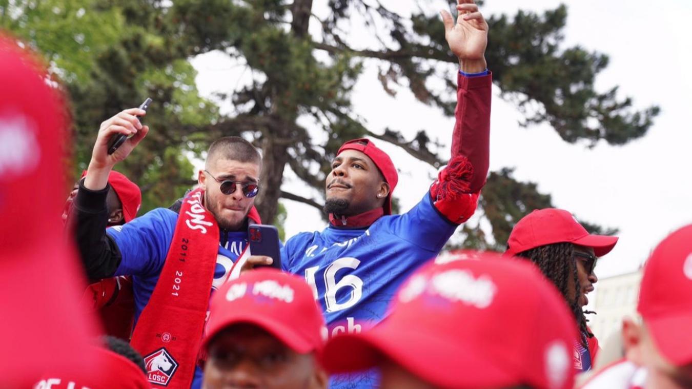 Lucas Chevalier (à gauche) et son mentor Mike Maignan, lors de la fête à Lille pour le titre de Champion de France.