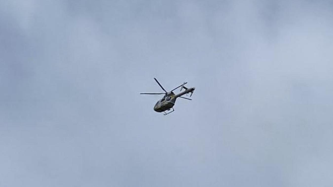 Un hélicoptère a été dépêché à Volckerinckhove pour amener le blessé vers le plus proche centre hospitalier.