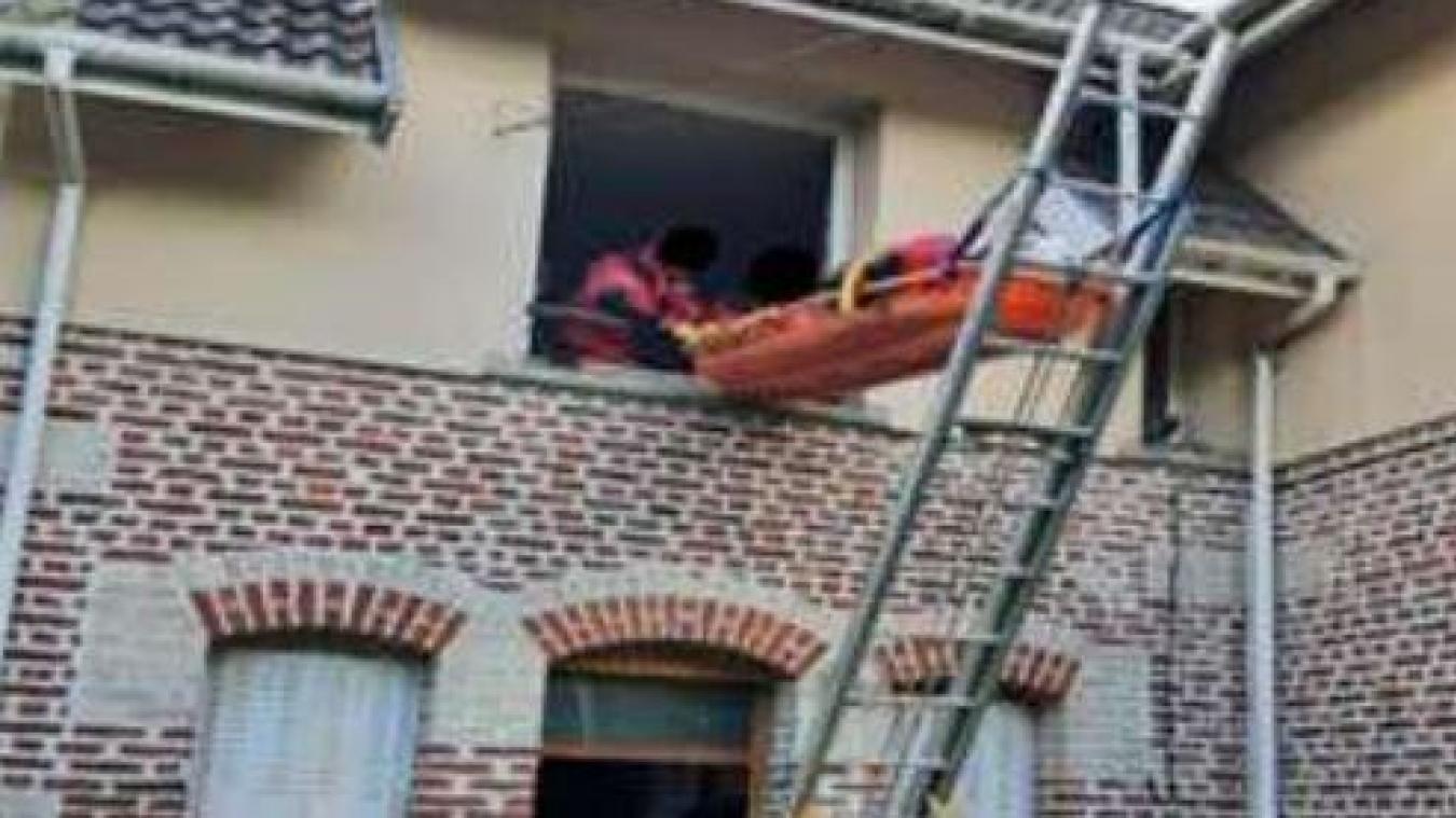 À Grenay, les sapeurs-pompiers utilisent un brancard pour secourir un homme de 92 ans