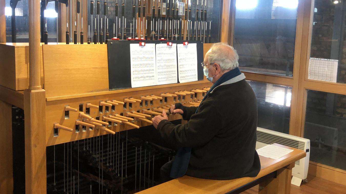 Alfred Lesecq, carillonneur au beffroi de Dunkerque, joue des morceaux en fonction de l'actualité les samedis après-midi.
