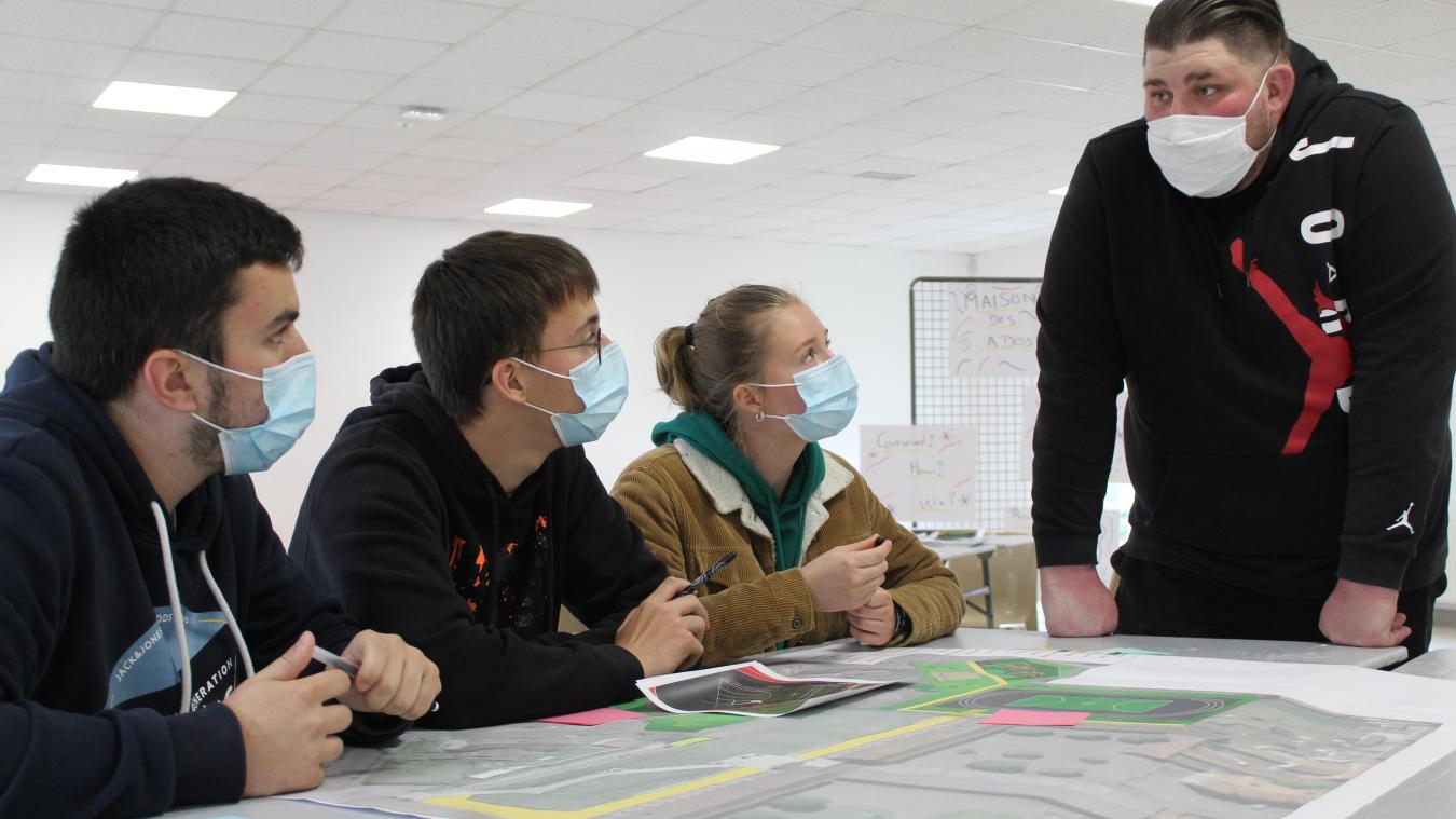 Carte en mains, Florian, Elliot et Elsa ont pu donner leurs recommandations au service jeunesse de la ville pour le prochain city-stade.