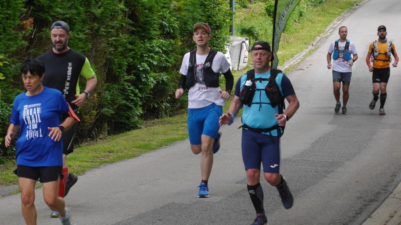 David Lesage (au premier plan à droite) a été accompagné tout au long de son défi par de nombreux Flamands venus lui témoigner leur soutien.