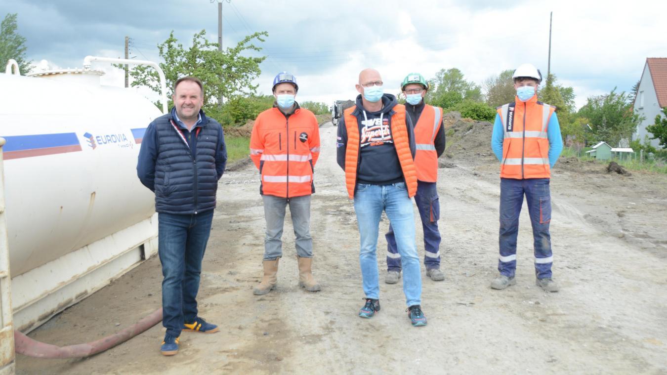 Les travaux sont effectués par l'entreprise Eurovia d'Isbergues, avec le maire, Franck Hannebicq, en visite (à gauche).