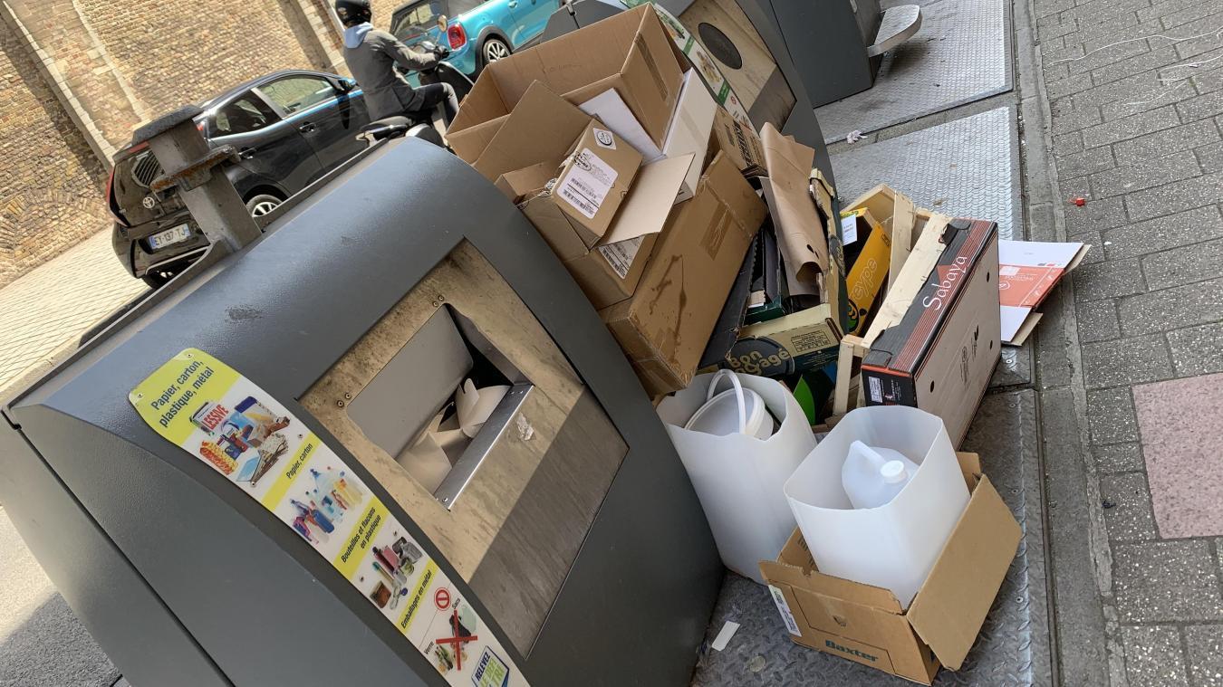 Les PAV de la rue Poincaré étaient-ils vraiment pleins ? En tout cas, durant deux jours, cartons et bacs en plastique se sont accumulés devant le Grand Morien. Une situation qui existe également au niveau des PAV de la place Salengro.