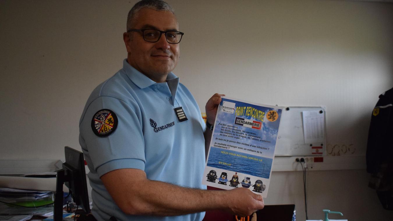 Le commandant de la compagnie de gendarmerie Dunkerque - Hoymille, Franck Chacon, présentant l'affiche Point de rencontre de ce nouveau partenariat.