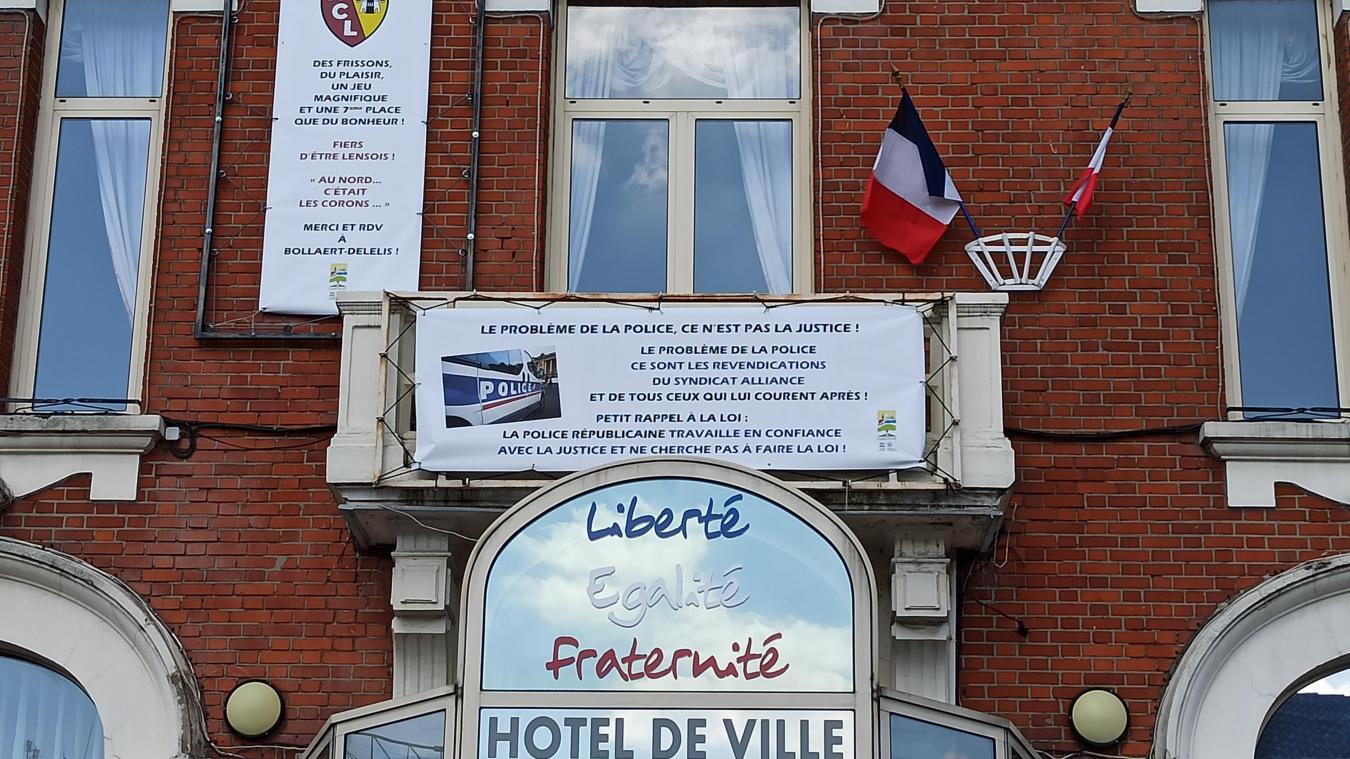 Cette banderole, placée aux côtés d'une banderole félicitant le RC Lens, a provoqué une vive polémique.